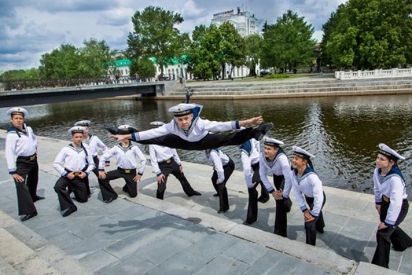 Уральская «Улыбка» покорила Крым: юные танцоры выступили на палубе военного корабля и в легендарном Никитском ботаническом саду