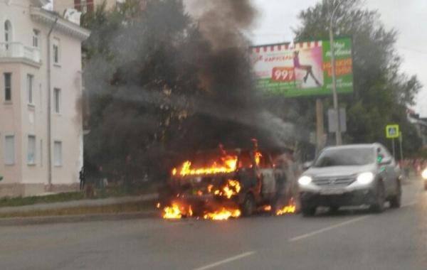 В Пионерском поселке прямо на дороге дотла сгорел автомобиль