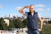 Илья Сотонин, стоя на крыше: «Не жарко и не холодно — это то, что я люблю. В День знаний в Екатеринбурге +25». ВИДЕО