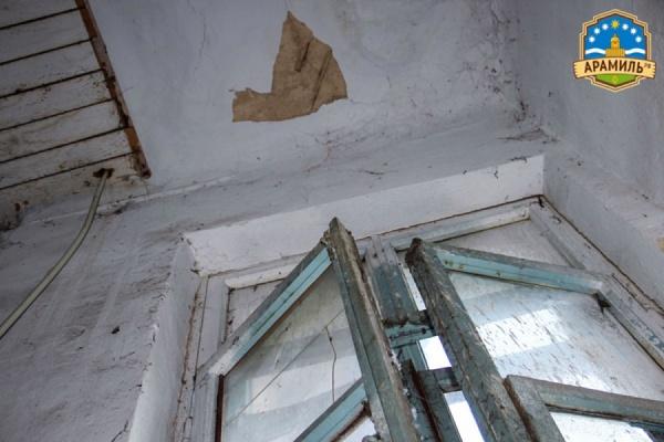 «Как тут жить, если дом разваливается на глазах?» Жители двухэтажки в Арамиле боятся, что в квартирах вот-вот рухнут потолки