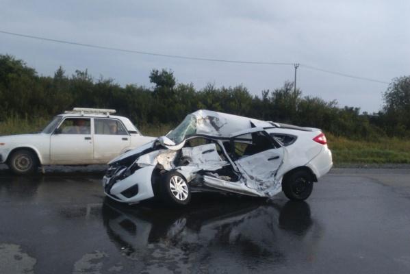 НаТюменском тракте легковушка угодила под колеса МАЗа. Погибли двое