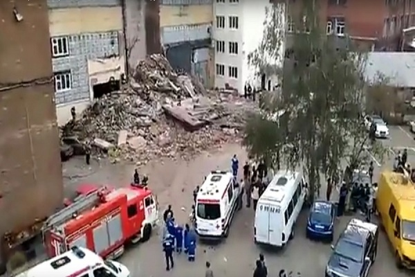В Москве произошло обрушение здания на рядом стоящие машины