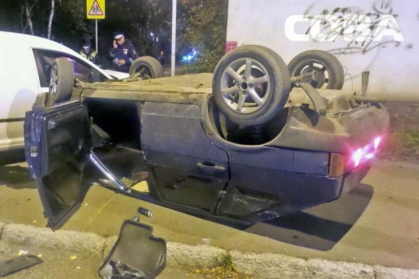 В Екатеринбурге после ДТП автомобиль «встал» на крышу
