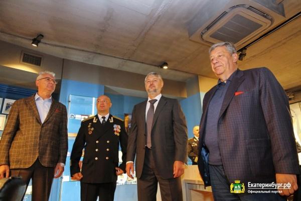 Никифоров получил медаль от подводников, а те от него – МФЦ-кают-компанию