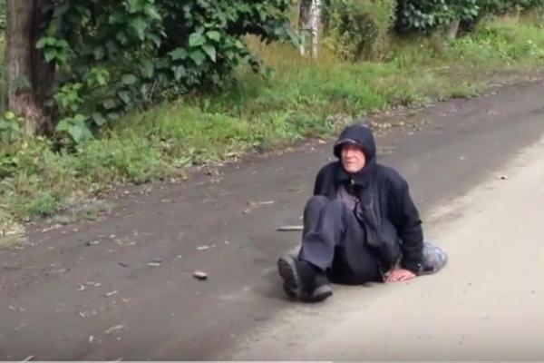 «Он вонючий, и его не вылечить». В Первоуральске сотрудники больницы выкинули на улицу мужчину, у которого отнялись ноги. ВИДЕО