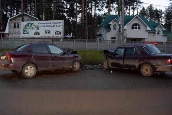 В столкновении на встречке в Екатеринбурге пострадали два человека