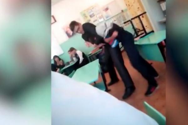 Векатеринбургской школе педагог истории устроил потасовку с8-классником