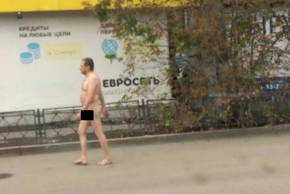 «Либо отклонение, либо эпатаж». Жителей Екатеринбурга с утра пугает голый бегун. ФОТО