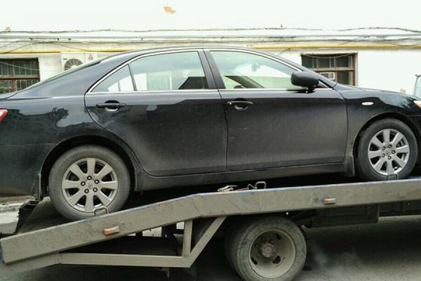 В Екатеринбурге судебным приставам пришлось проявить смекалку, чтобы добраться до машины должника