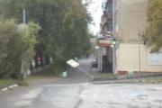 «Это было сделано руками». Кировградские «богатыри» согнули два дорожных знака возле музыкальной школы