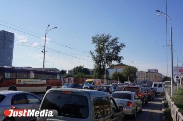 «Три перекрестка ехали почти час». С утра на Щербакова люди встали в огромную пробку