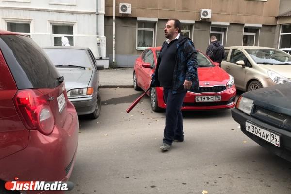 «Водитель «девятки» держался за челюсть». В центре Екатеринбурга автомобилисты устроили драку с битами. ФОТО, ВИДЕО