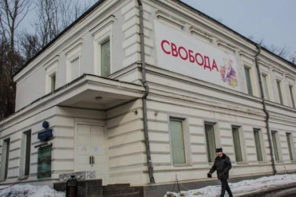 В Сахаровском центре облили краской фотографии боев в Донбассе
