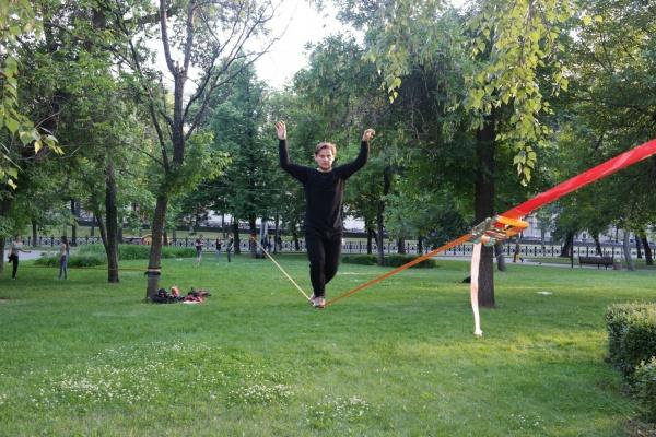 Бывший уралец приехал в Екатеринбург, чтобы научить горожан ходить по узкой стропе