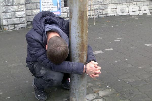 Пьяного дебошира приковали наручниками к столбу на улице Репина