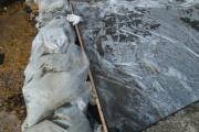В Кировграде аварийную плотину отремонтировали мешками с песком и залили бетоном. ФОТО