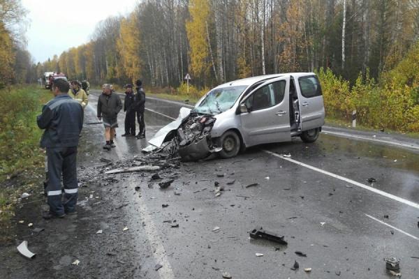 Между Первоуральском и Шалей столкнулись Subaru и Peugeot. Один человек погиб, четверо ранены