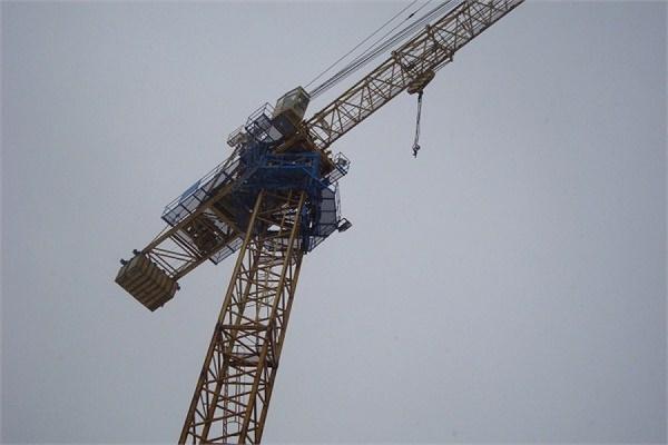 В Москве башенный кран рухнул на территорию детского сада