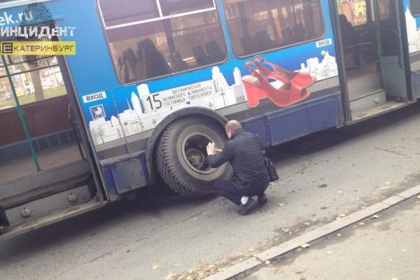 «Меня с ног сбило и оглушило». В Екатеринбурге у троллейбуса взорвалось колесо
