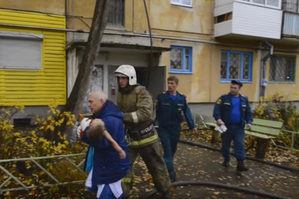 Страшный пожар в Ревде: двое детей оказались запертыми в горящей квартире. ВИДЕО