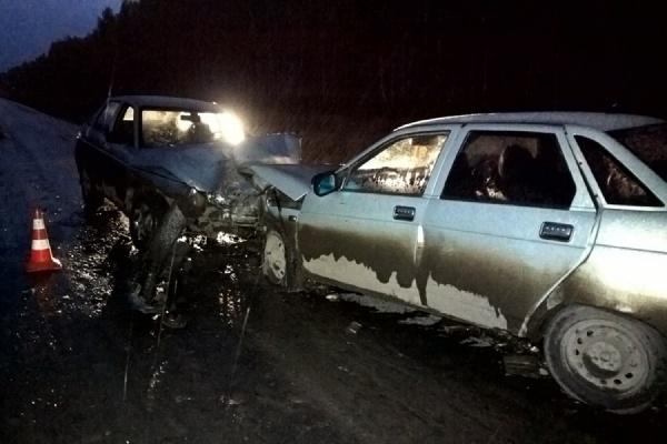 Под Богдановичем автомобиль с лопнувшим колесом вылетел на встречку. Три человек получили ранения