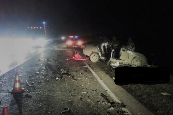 На Тюменском тракте водитель при обгоне вылетел на встречку. Три человека погибли, один в тяжелом состоянии в больнице