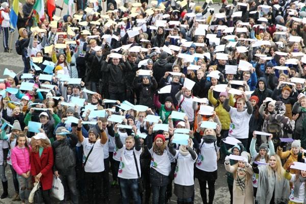 «Ромашка» из 2000 уральских студентов появилась на площади перед УрФУ