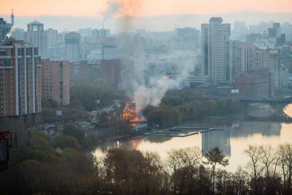 Все в огне: в центре Екатеринбурга горит лодочная станция. ФОТО