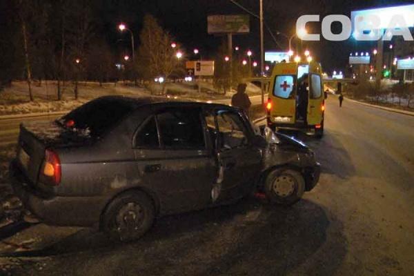 Не удержался на дороге: на Металлургов врезался в столб Hyundai Accent