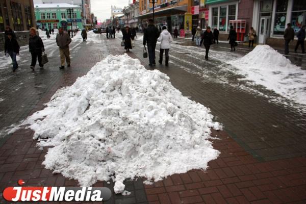 Екатеринбург очищают от наледи. Особое внимание — пешеходным зонам