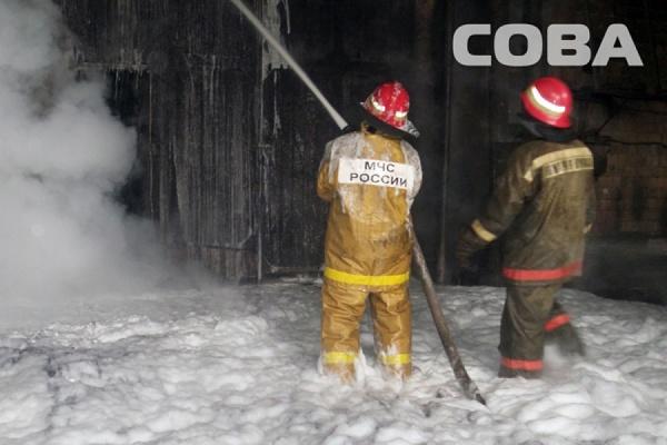 Крупный пожар в Екатеринбурге: на Маневровой горит масло в ангаре