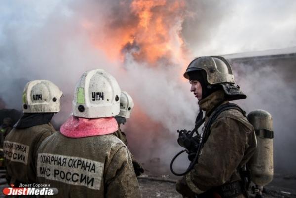В Екатеринбурге на площади 200 квадратных метров горел двухэтажный барак. ФОТО