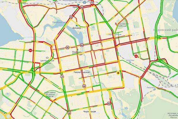 Екатеринбург встал в многокилометровые пробки. По всему городу – мелкие ДТП