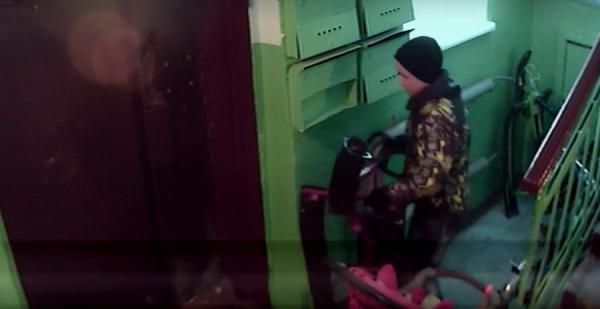 Вместо велосипедов воришек теперь интересует зимний транспорт. В Арамиле двое подростков украли из подъезда снегокат. ВИДЕО