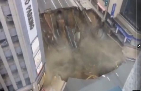 Крупный участок дороги провалился в японском городе Фукуока