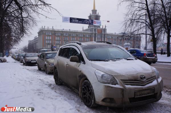 «Пришлось выходит на работу за два часа». Из-за утреннего снегопада Екатеринбург вновь встал в пробках