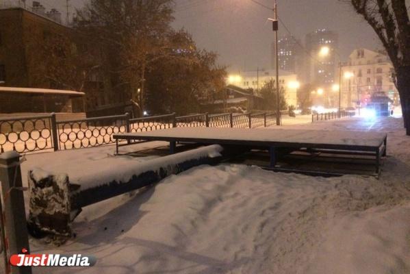 В центре Екатеринбурга снежный шторм с корнем вырвал рекламный щит