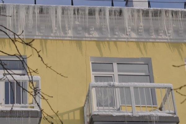«Дети и взрослые рискуют жизнью». Дом в Кировграде «зарос» огромными сосульками