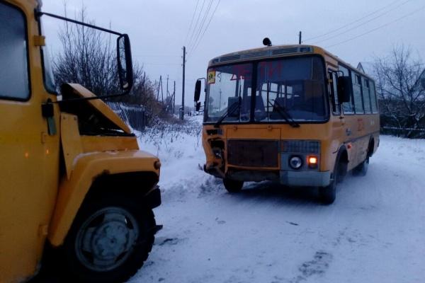 Под Каменском-Уральским в лобовом столкновении двух школьных автобусов пострадали четыре ребенка. ФОТО