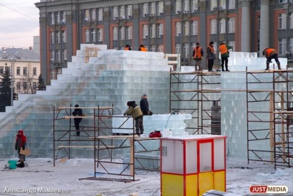 В Екатеринбурге с площади убрали автомобили и начали строить ледовый городок