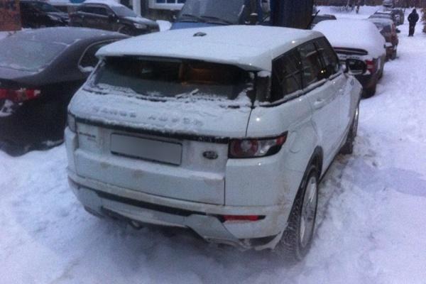 Приставы забрали у екатеринбурженки, набравшей кредитов на 4 млн рублей, Range Rover Evoque