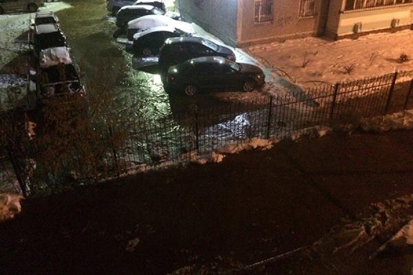Можно кататься на коньках. Ночью в Пионерском из-за прорыва трубы затопило двор