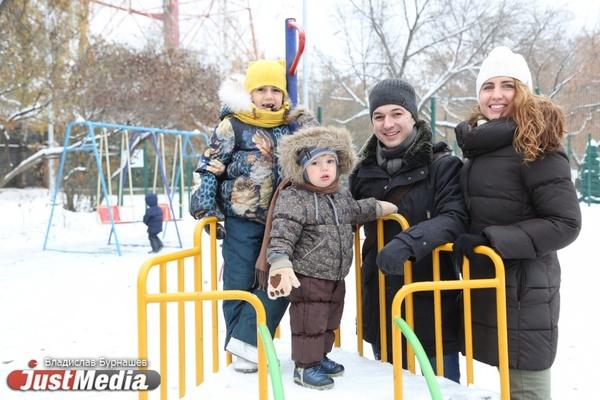 Семья Березиных: «Зимой мы любим гулять по заснеженному лесу и заниматься спортом». В среду в Екатеринбурге мокрый снег и гололедица