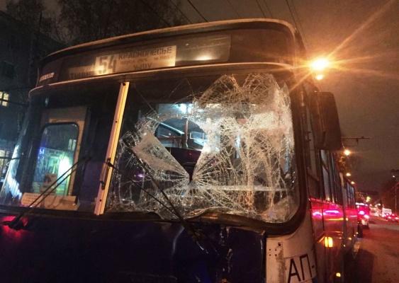 В Екатеринбурге у ТЦ «КИТ» в лобовом столкновении двух автобусов пострадали 11 человек