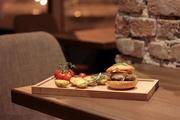 В здании «Арха» открылся бар Eleven с акцентом на мясо