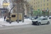 В центре Екатеринбурга инкассаторская машина и иномарка не поделили дорогу