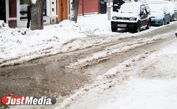 В результате аварии на сетях Водоканала часть Уралмаша второй день сидит без воды