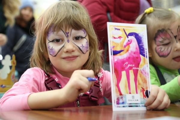 Гигантский аист, сотни детских открыток, мастер-классы. В Екатеринбурге массово прошел День матери