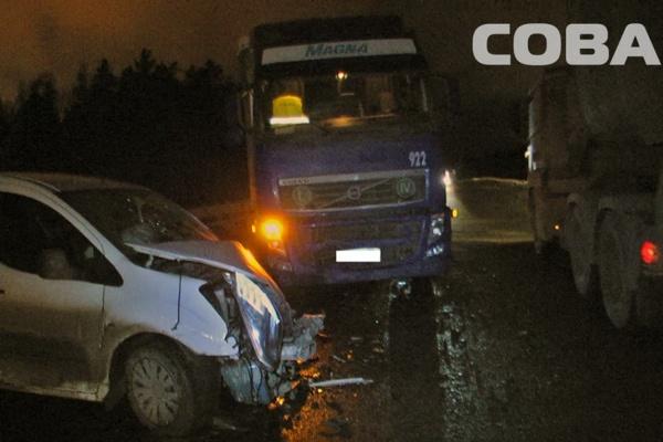 На ЕКАДе Citroen, потерявший управление из-за лопнувшего колеса, протаранил две фуры. ФОТО