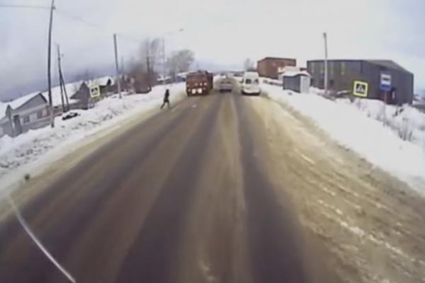 Авторегистратор заснял жуткое ДТП в Красноуфимске: КАМАЗ на полном ходу сбил и протащил по дороге девушку. ВИДЕО
